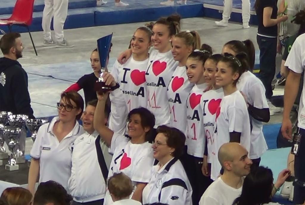 I tecnici Eleonora Morassi, Riccardo Brilli, Fabiola Cantini e Laura Bisi posano per la foto ricordo con le ginnaste della squadra.