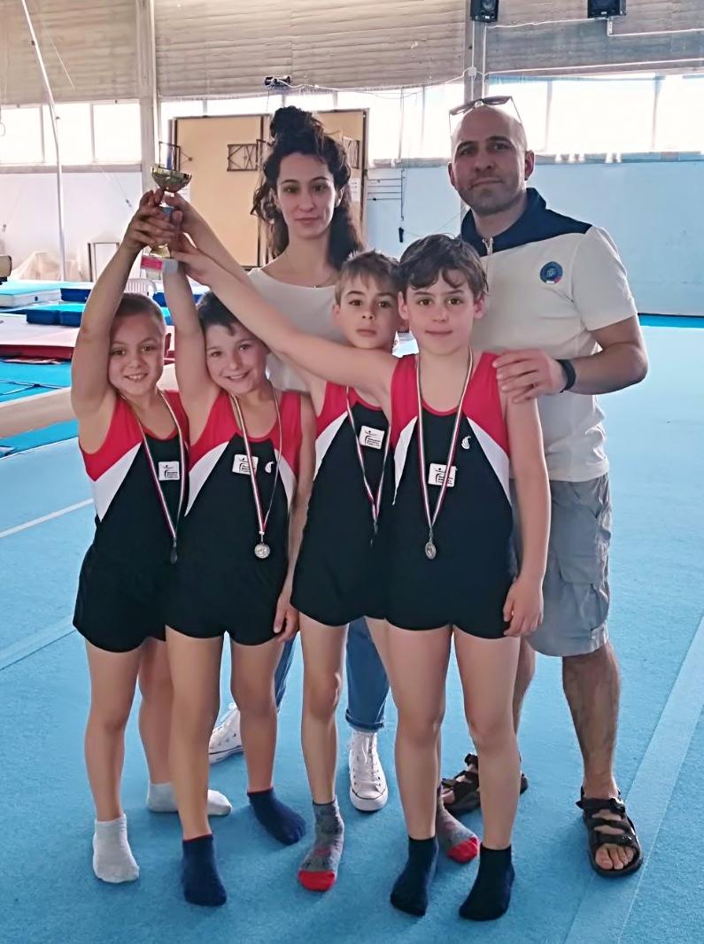 La squadra Allievi LA della Polisportiva Casellina con gli istruttori Sara Cellai e Giorgio Giunta.